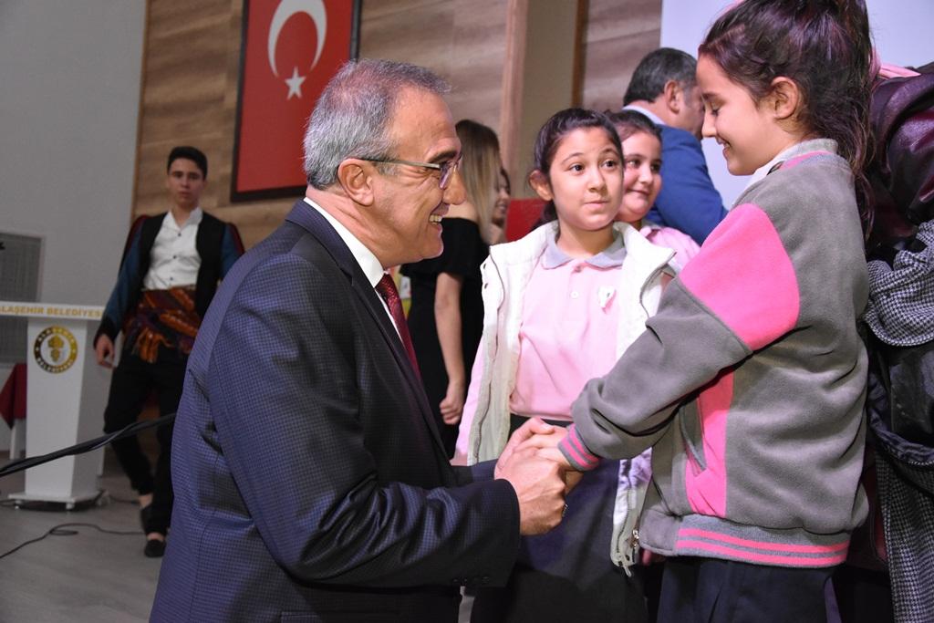 Alaşehir Belediye Başkanı Dr.Gökhan Karaçoban, Dünya Çocuk  Hakları Günü Dolayısıyla Bir Mesaj Yayımladı.