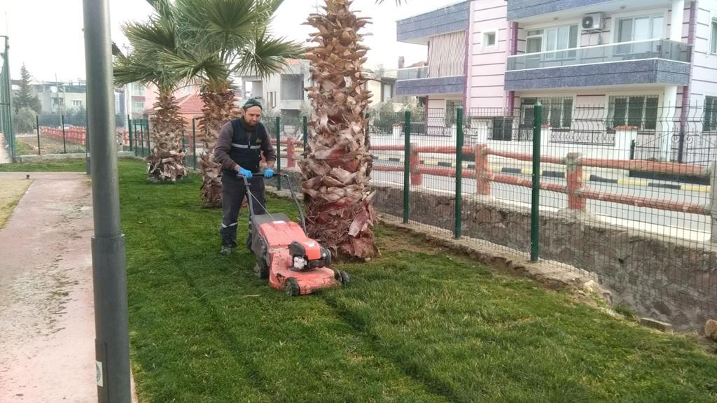 Alaşehir Belediyesi Park ve Bahçeler Müdürlüğü ekipleri, ilçenin tarihi ve kültürel anlamdaki yerlerin çimlerini biçiyor