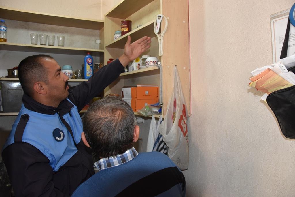 Alaşehir Belediyesi Zabıta Müdürlüğü ekipleri, şehir merkezindeki kahvehanelerde denetim gerçekleştirdi.