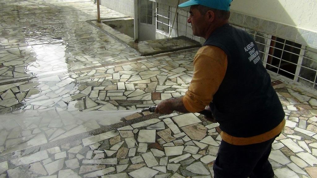 Alaşehir Belediyesinden Cami Temizliği