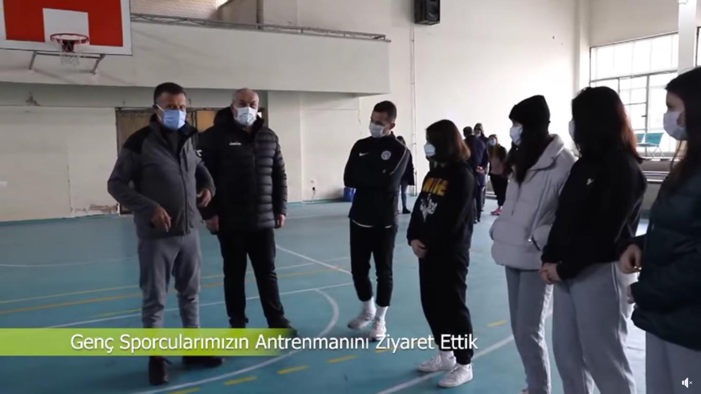 Alaşehir Belediyespor Kulübü Başkanımız Hüseyin Akgül ile birlikte, Genç Voleybolcularımızın antrenmanını ziyaret ederek tatlı ikramında bulunduk.