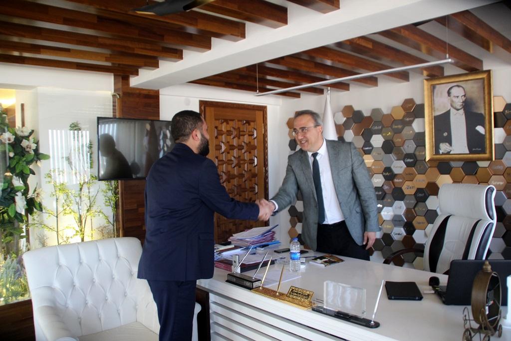 Şiir Kitabını  Başkan Karaçoban'a  Hediye Etti