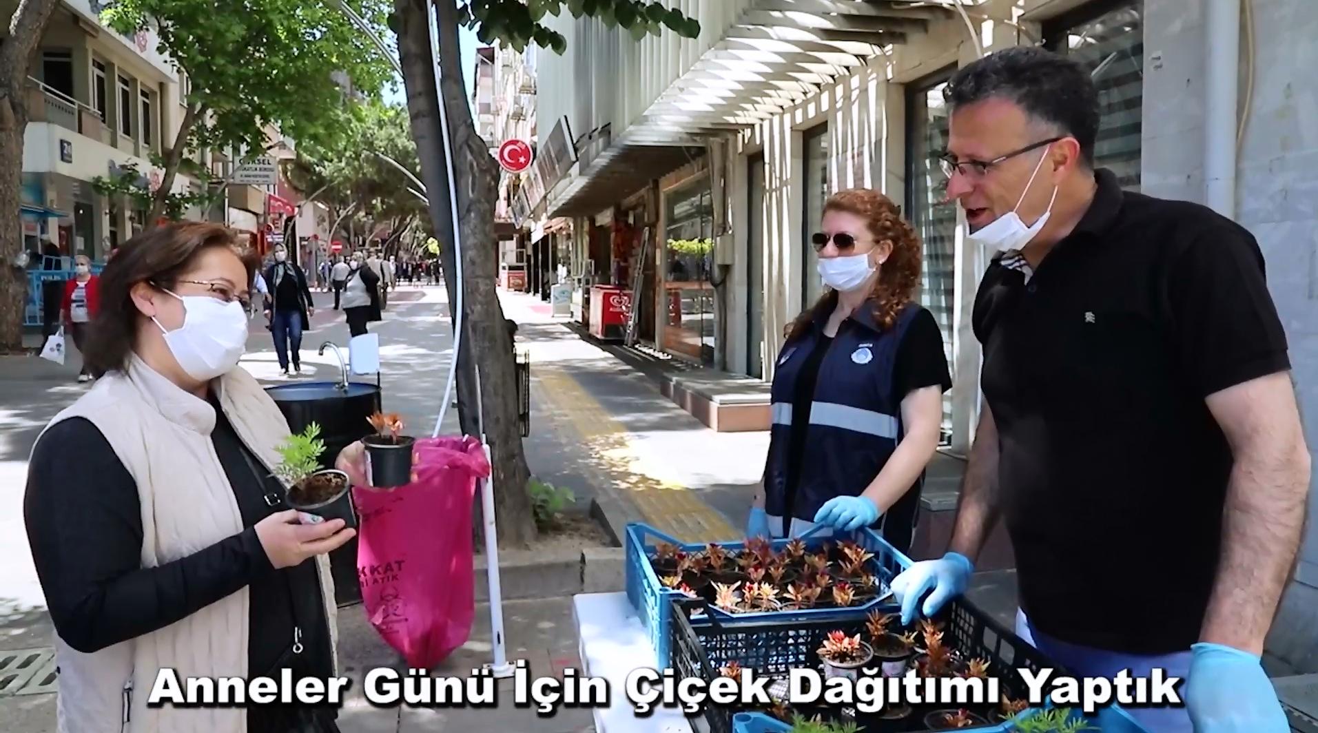 Başkan Öküzcüoğlu'ndan Anneler Gününe Özel Çiçek Dağıtımı