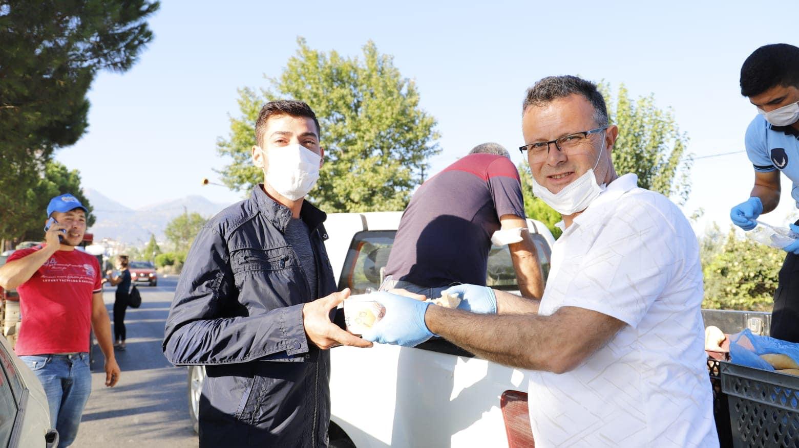 Başkan Öküzcüoğlu'ndan Tariş'in önünde üzüm başında bekleyen çiftçilerimize çorba dağıtımı