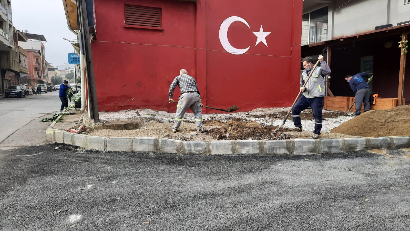 Belediye ekiplerimiz, Uluderbent Esentepe, Fatih,  Piyadeler Mahalleleri ve Şehir merkezimizdeki çalışmalarına büyük bir özveriyle devam ediyor.