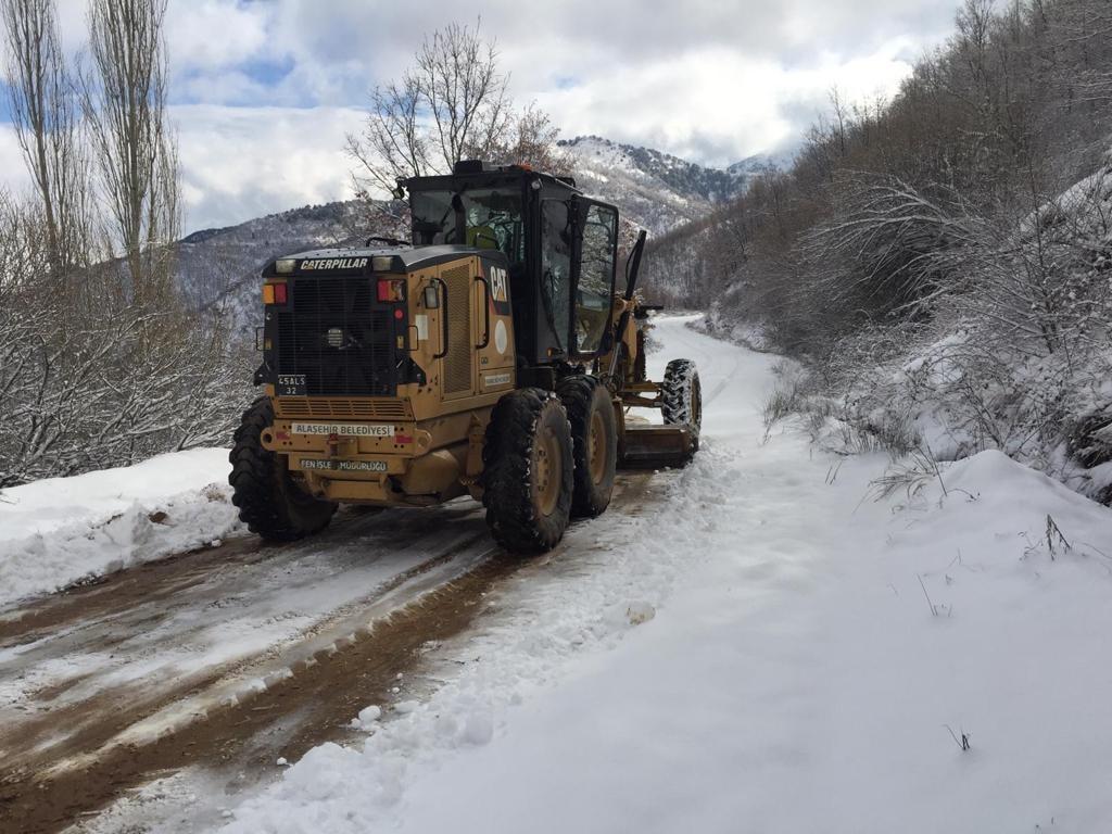 Ekiplerimiz an itibariyle, kırsal mahallelerimizden Kestanederesi, Soğukyurt ve Azıtepe Mahallelerimizde kardan dolayı kapanan yollarda çalışmalarını sürdürüyor.