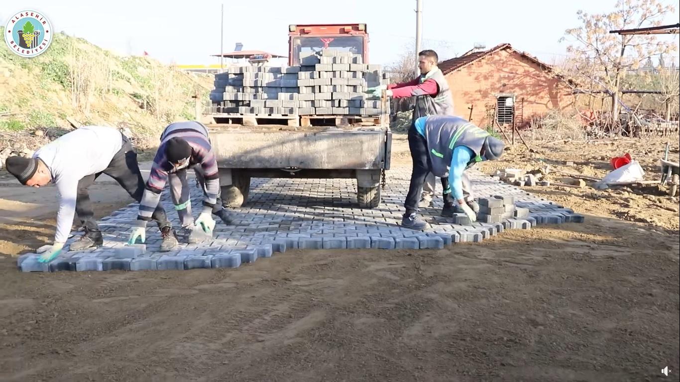 Fen İşleri Müdürlüğüne bağlı ekiplerimiz Delemenler Mahallemizde kilit parke döşeme çalışmalarına Esentepe Mahallemizde taş duvar çalışmalarına devam ediyor. Ekiplerimiz sırayla bütün mahallelerimizin eksiklerini tamamlaya