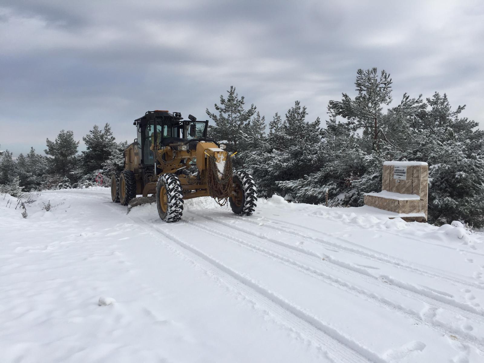 Fen İşleri Müdürlüğüne bağlı ekiplerimiz, sabah saatlerinde özellikle kırsal mahallelerimizde etkili olan kar yağışı sebebiyle, vatandaşlarımızın mağdur olmamaları için çalışmalarına devam ediyor.