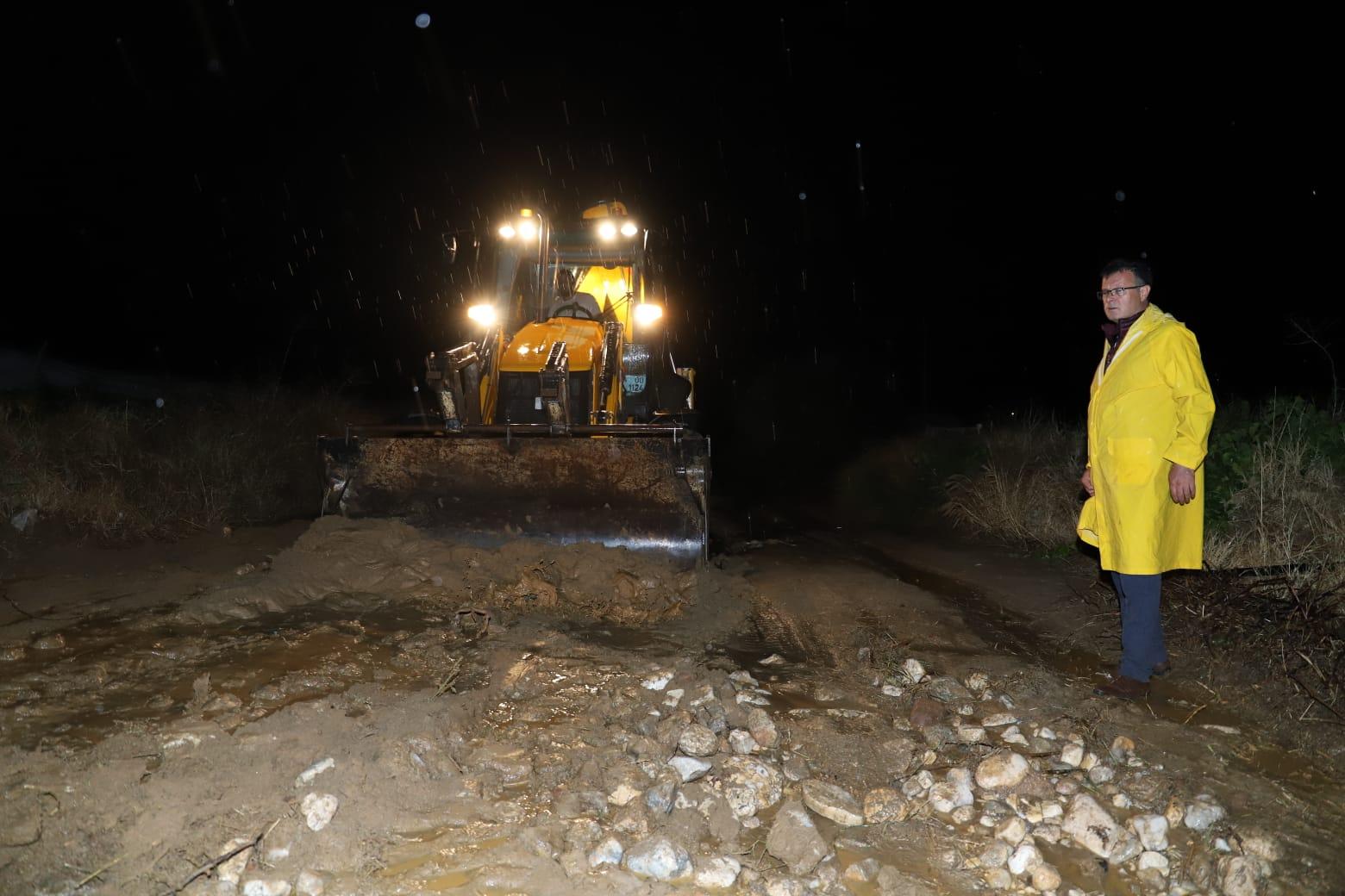 İlçemizi etkisi altına aşırı yağışlardan dolayı kapanan yollarda çalışmalarımızı sürdürüyoruz.