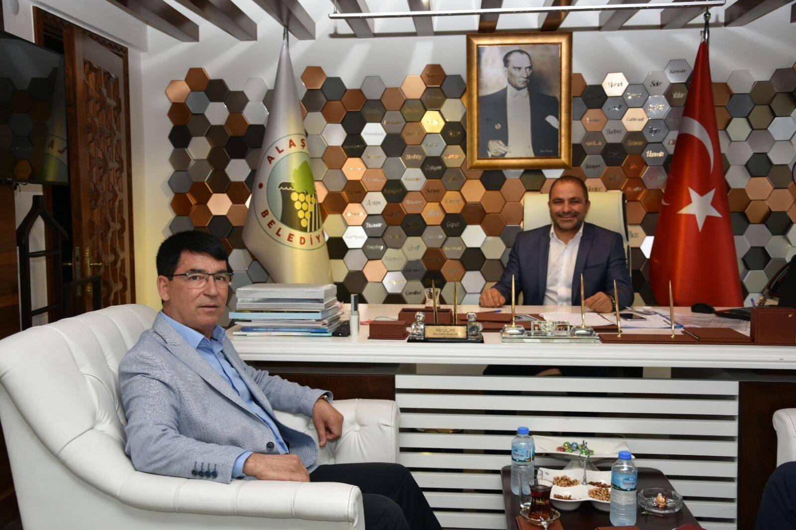 Şoförler ve Otomobilciler Odası Başkanı Syn.Şevki Ağırbaş, Alaşehir Belediye Başkanımız Ali Uçak'ı makamın da ziyaret ederek hayırlı olsun dileklerini iletti.