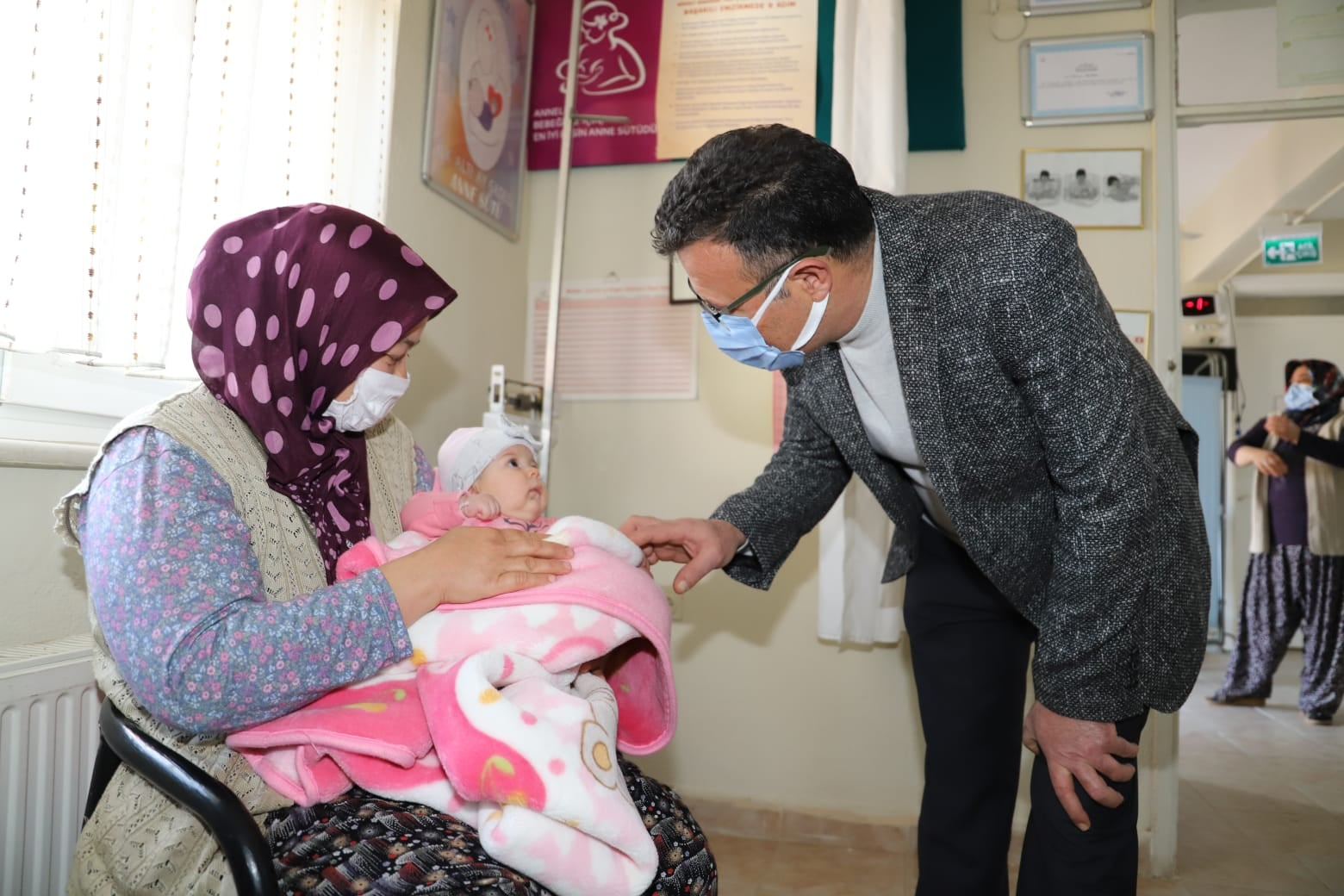 Tepeköy Mahalle muhtarımız Abdurrahman Malçok ile birlikte Sağlık Ocağı bahçesindeki kilit parke çalışmalarını yerinde inceleyerek hemşehrilerimizle selamlaştık.